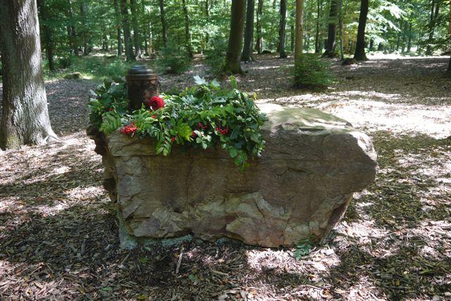 stein-mit-naturdekoration-am-andachtsplatz